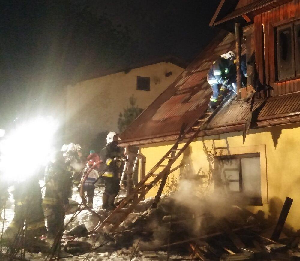 Strażacy przy rozbiórce spalonej konstrukcji budynku